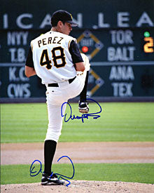 Oliver Perez Autographed / Signed Pitching 8x10 Photo