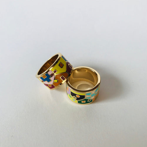 Wide enamel ring with houses pattern