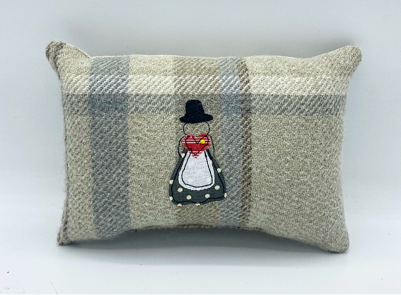 Small pillow Welsh Woman - Siop Y Pentan