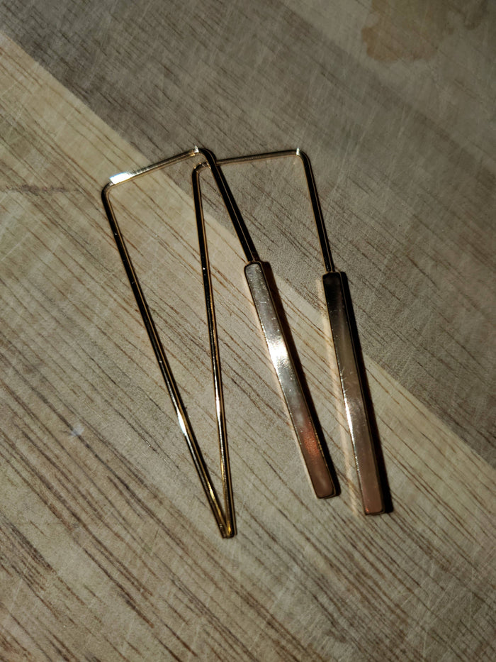 Gold sleek earrings
