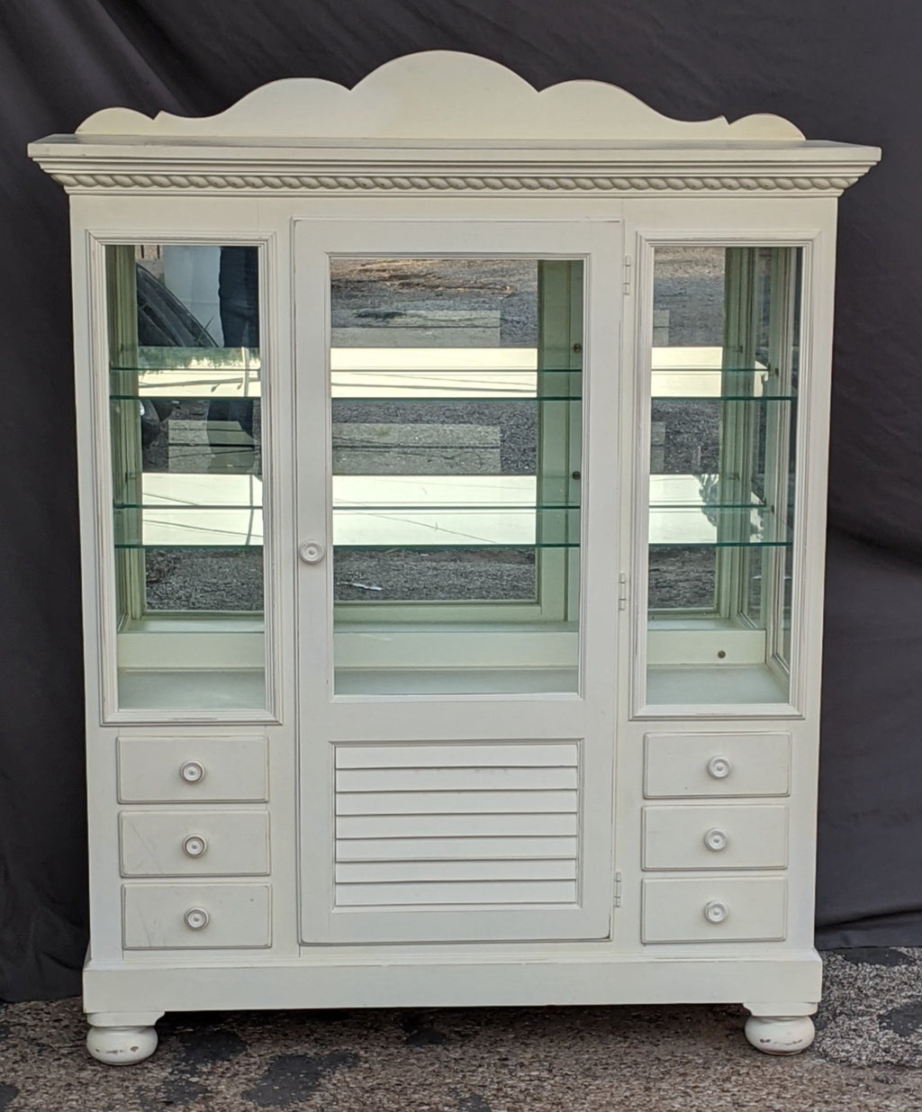 PAINTED WHITE LIGHTED DISPLAY CASE