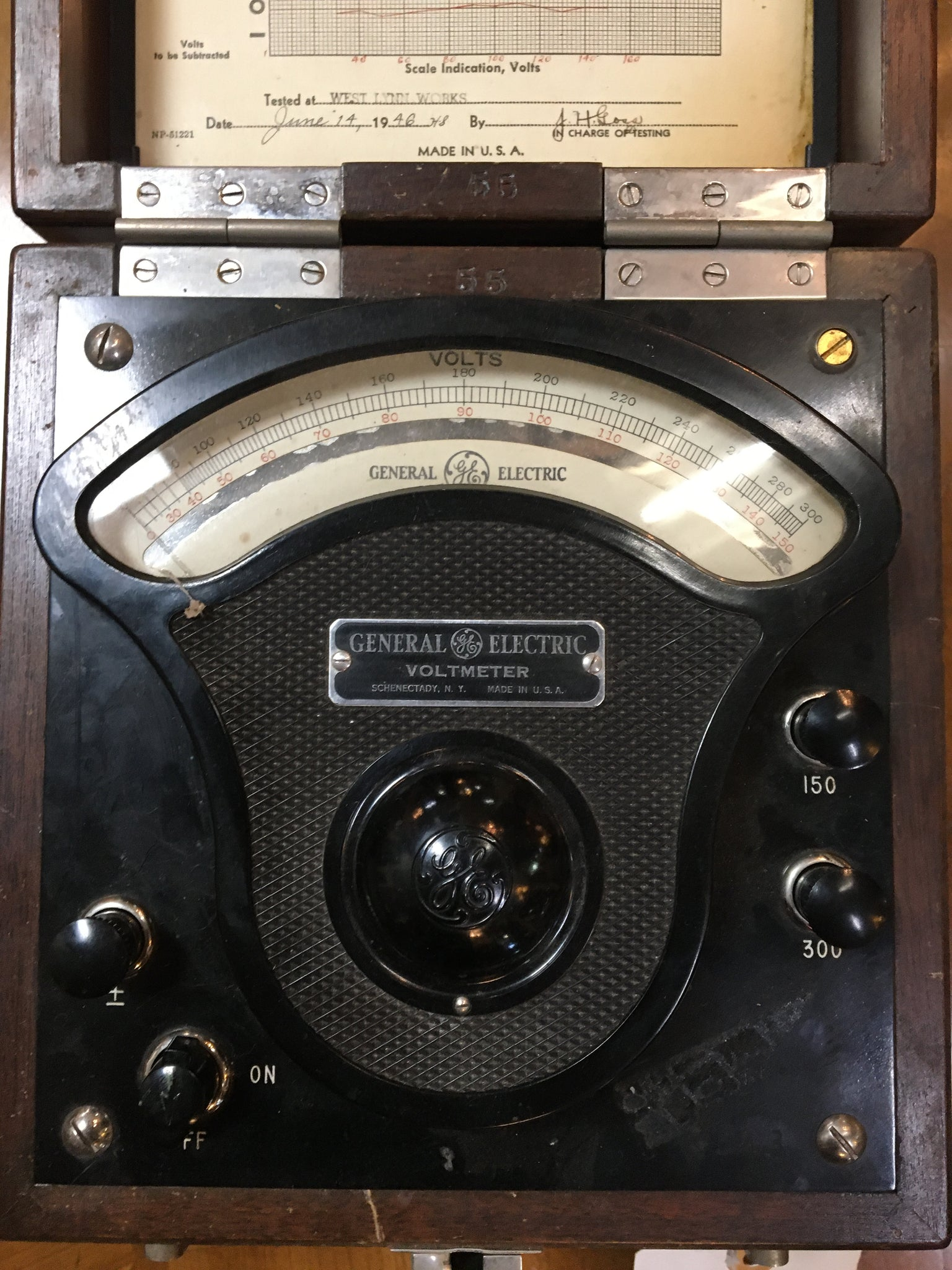 ANTIQUE GENERAL ELECTRIC C. 1946 VOLT METER IN A WOODEN CASE
