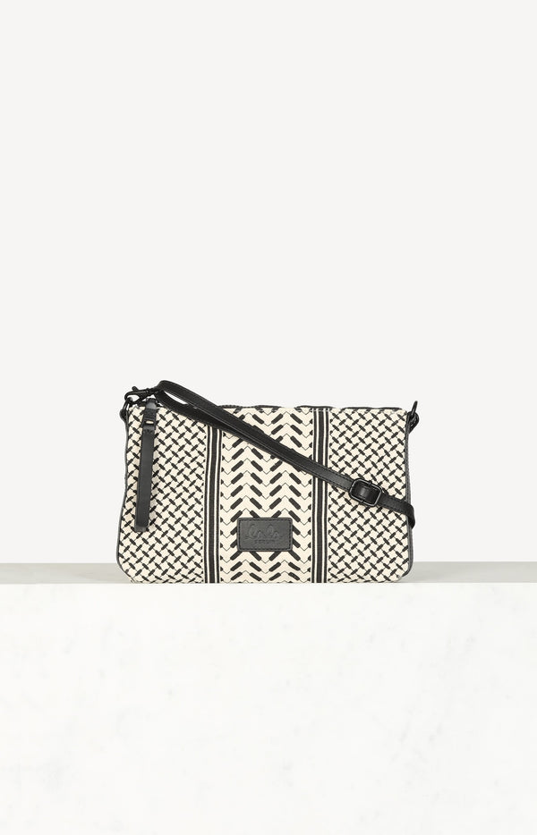 Crossbody clutch in cream / black