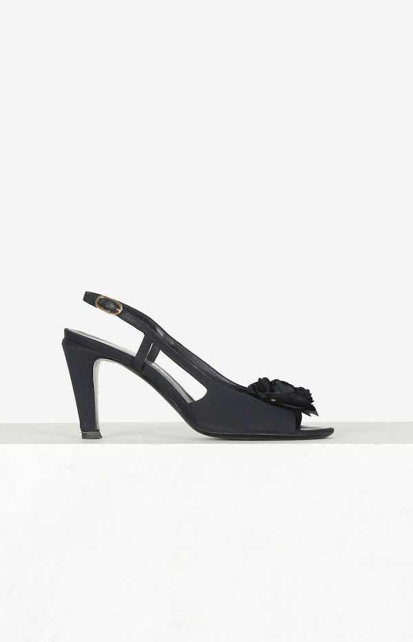 String Pumps in Blau mit Blumen-Details