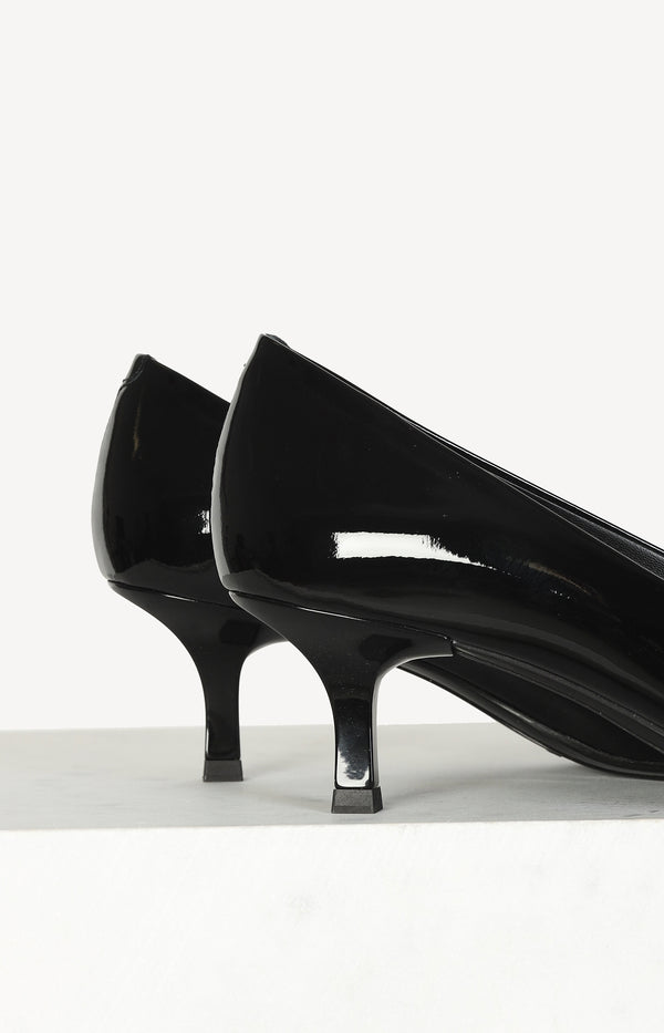 Patent leather pumps in black