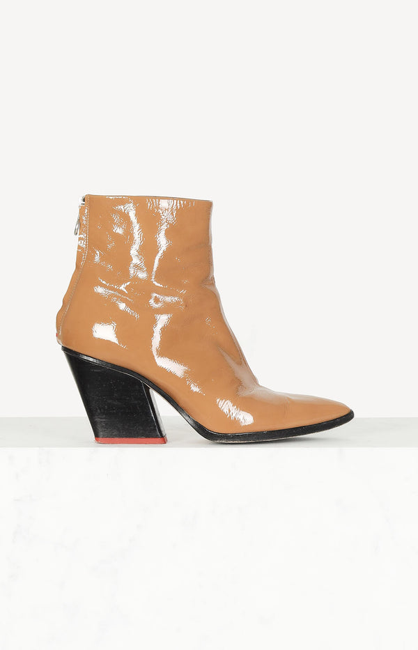 Patent leather boots in camel