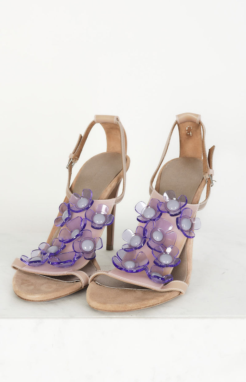 Heeled sandals with flowers in purple