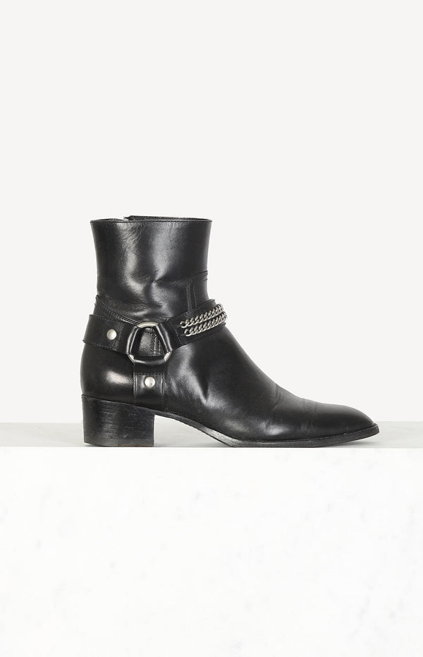 Boots with chain detail in black