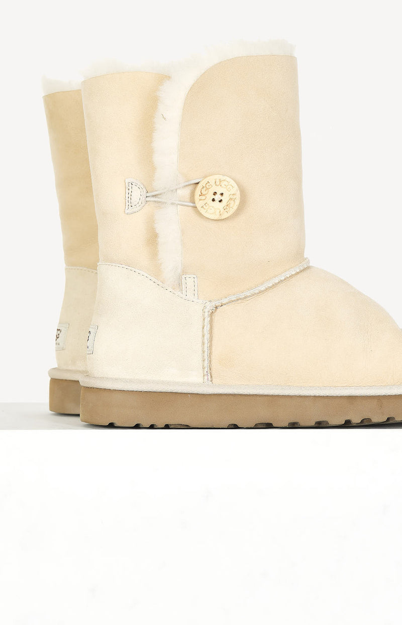 Boots Bailey Button in Beige