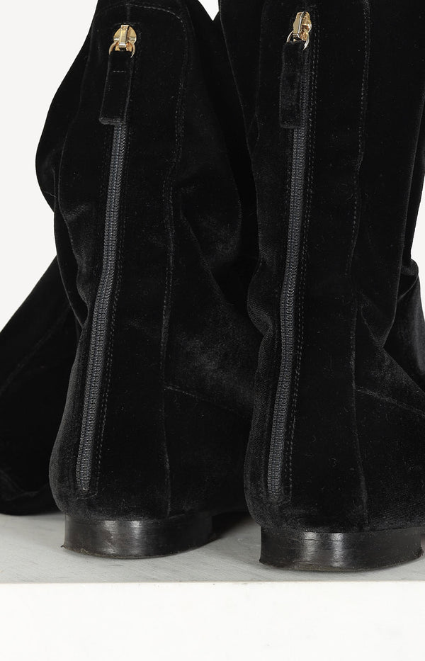 Overknee boots made of black velvet