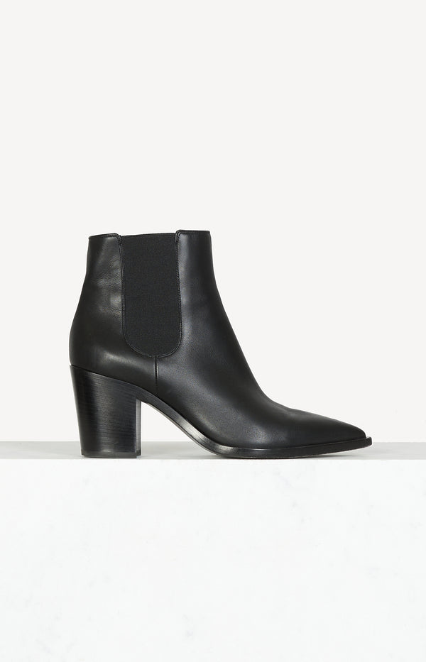 Pointed Chelsea boots in black