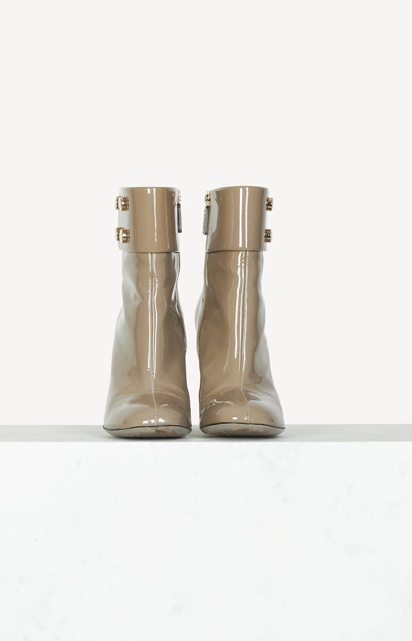 Patent leather ankle boots in taupe