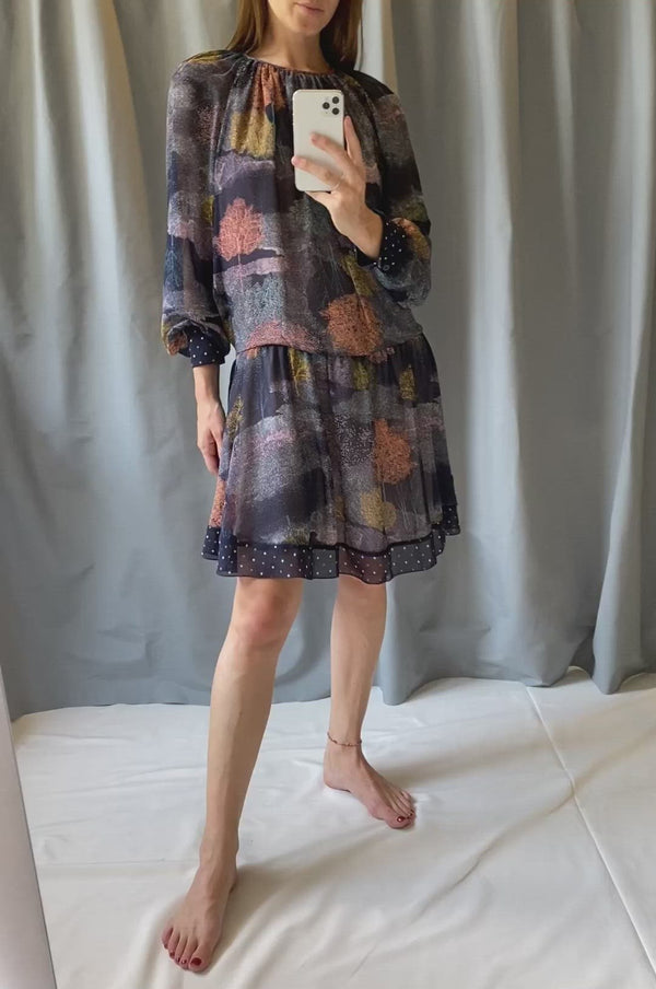 Short dress with an abstract print