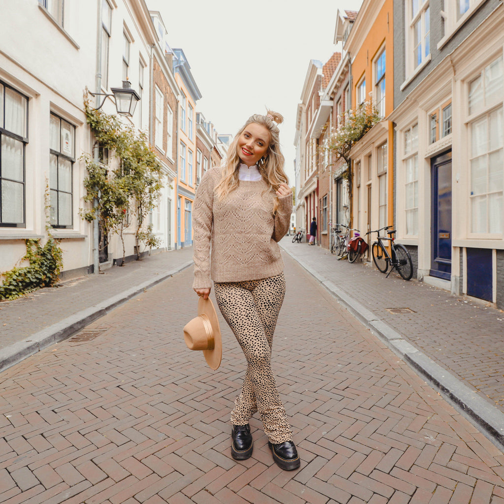 Soft flared legging met stipjes beige