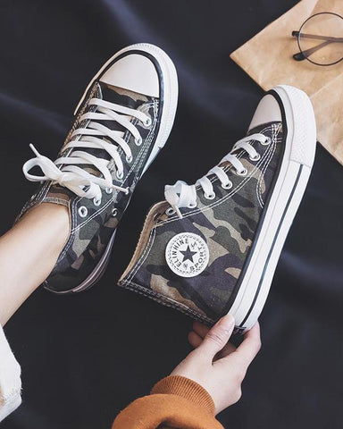 High Top Lace-Up Camo Sneaker Camoflage / 35 Sneakers