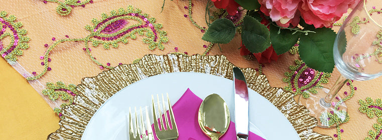 easy event fabrics fuchsia pink and gold paisley print tablecloth gold charger