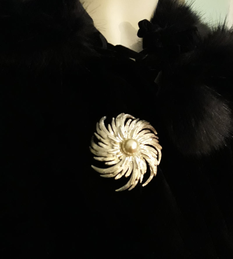 Sarah Coventry, Large Silver Tone Floral Brooch with Faux Pearl - 1960s STUNNING