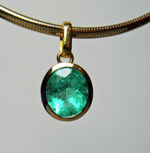 Load image into Gallery viewer, 5.75ct Fine Colombian Natural Green Oval Emerald Solitaire Pendant 18K Gold