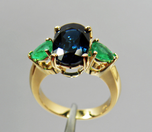 Estate 4.77 Carats Natural Blue Sapphire Colombian Emerald Ring 18K Yellow Gold