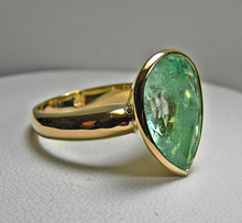 Load image into Gallery viewer, 4.50cts Pear Cut 100% Natural Light Green Colombian Emerald Solitaire Ring 18K