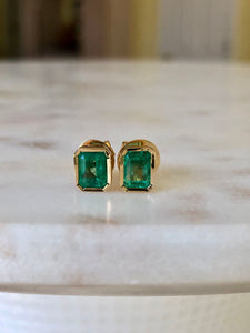 1.40 Carat Colombian Emerald Stud Earrings 18k Yellow Gold