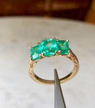 Load image into Gallery viewer, Fine Glowing 3.10 Carat Colombian Emerald Three Stone Ring 18K Yellow Gold