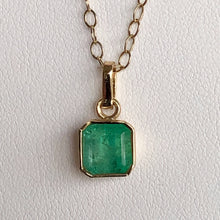 Load image into Gallery viewer, 1.50 Carat Colombian Natural Green Emerald Solitaire Pendant 18K