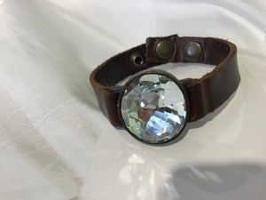 SINGLE CRYSTAL ON LEATHER BRACELET