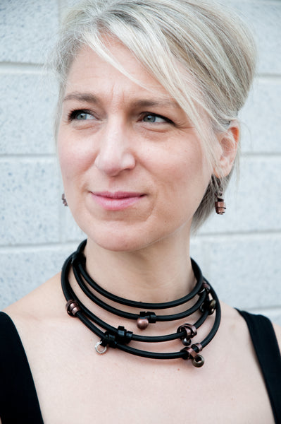 Sandra is wearing Flat Loopt Earrings in bronze with a Heavy loopt necklace/bracelet in bronze and black.