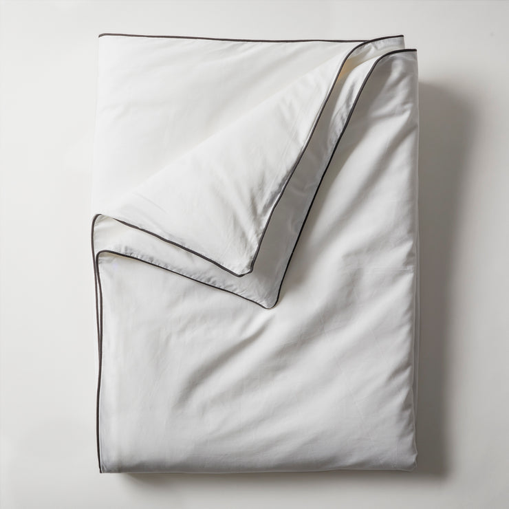 Open Road Portable Throw Set comes with a throw in white cotton sateen with black piping