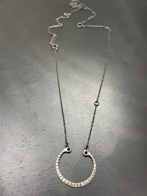 Open Clutch Grooves Necklace