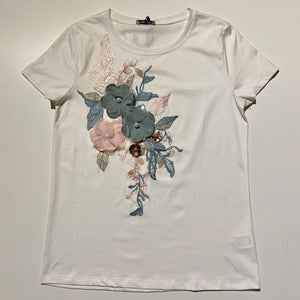 T-shirt bianca con ricami e fiori applicati