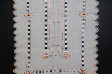 Embroidered Table Runner with 6 Napkins