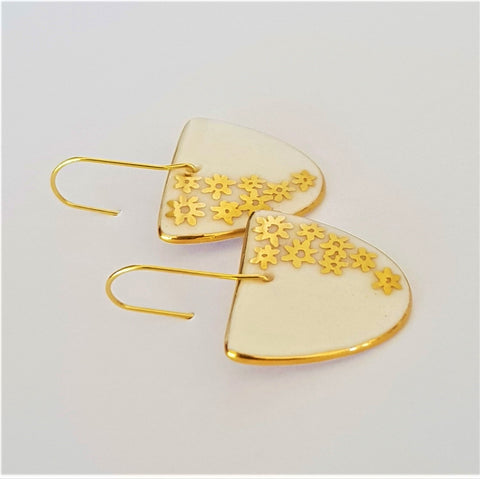 Classic white porcelain earrings in D shape with gold daisies