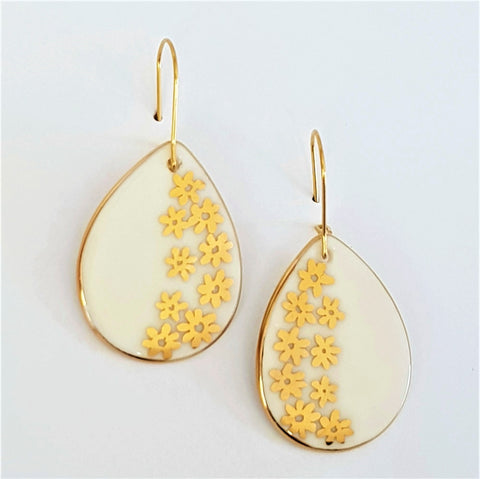 White porcelain drops with gold daisies