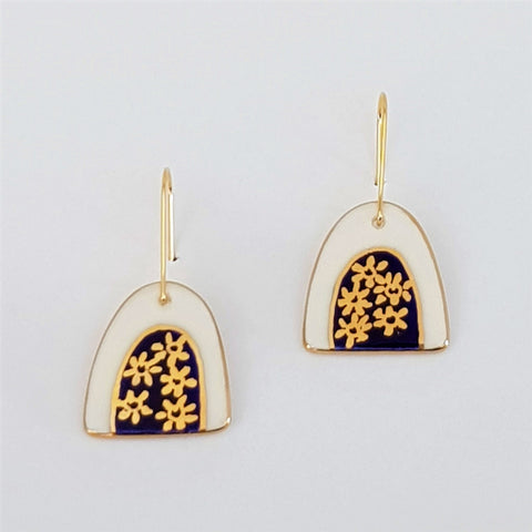 Arch mini dangle earrings with gold daisies
