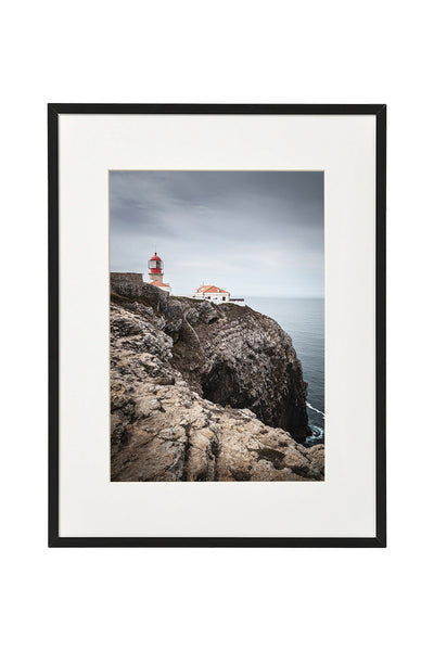 Vertical photo of the lighthouse in Cabo de São Vicente, shown in a normal frame.