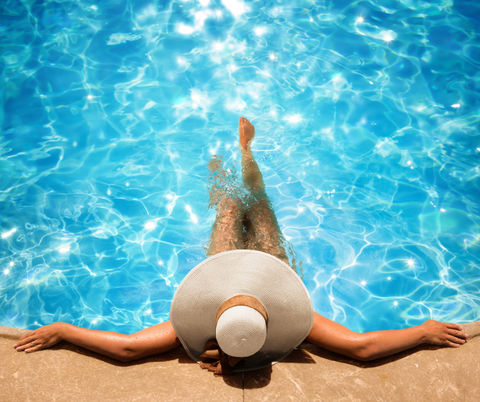 Woman-pool-floppy-hat-relaxation-self-care