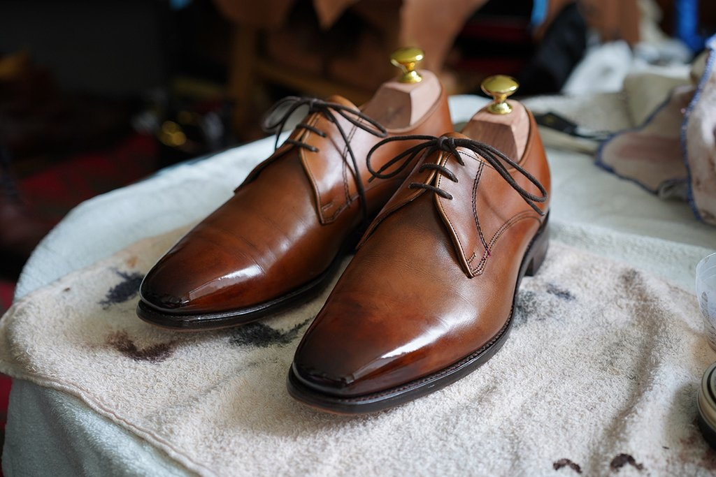 Cleaning leather shoes
