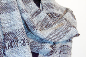 Hand-woven scarf in grey wool and soy