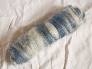 Nautic – blue and white batts – Bluefaced Leicester and alpaca fibre (32 g)