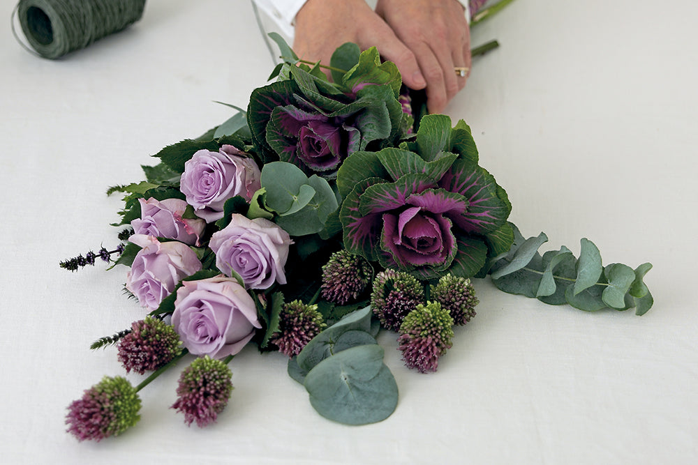 Make a classic flat bouquet