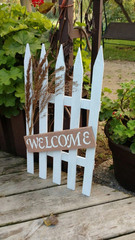 Welcome picket fence pallet sign