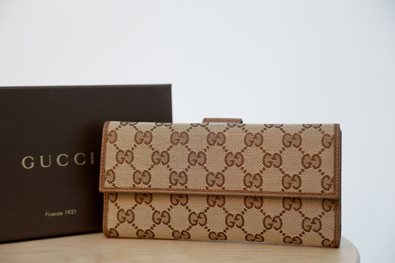 gucci womens all over logo clasp purse in brown