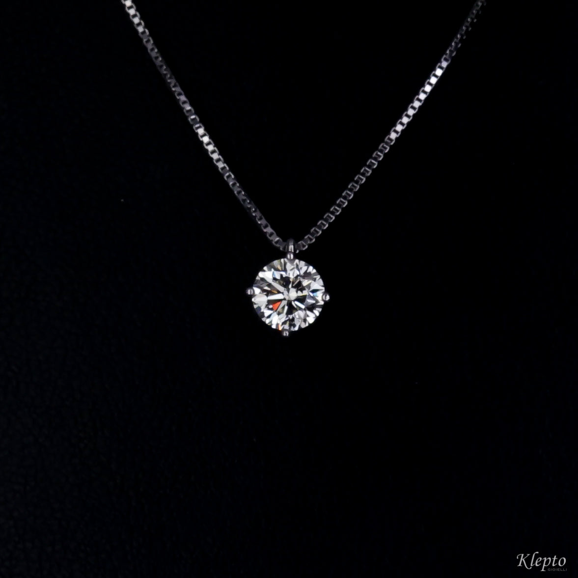 White gold light point pendant with Diamond