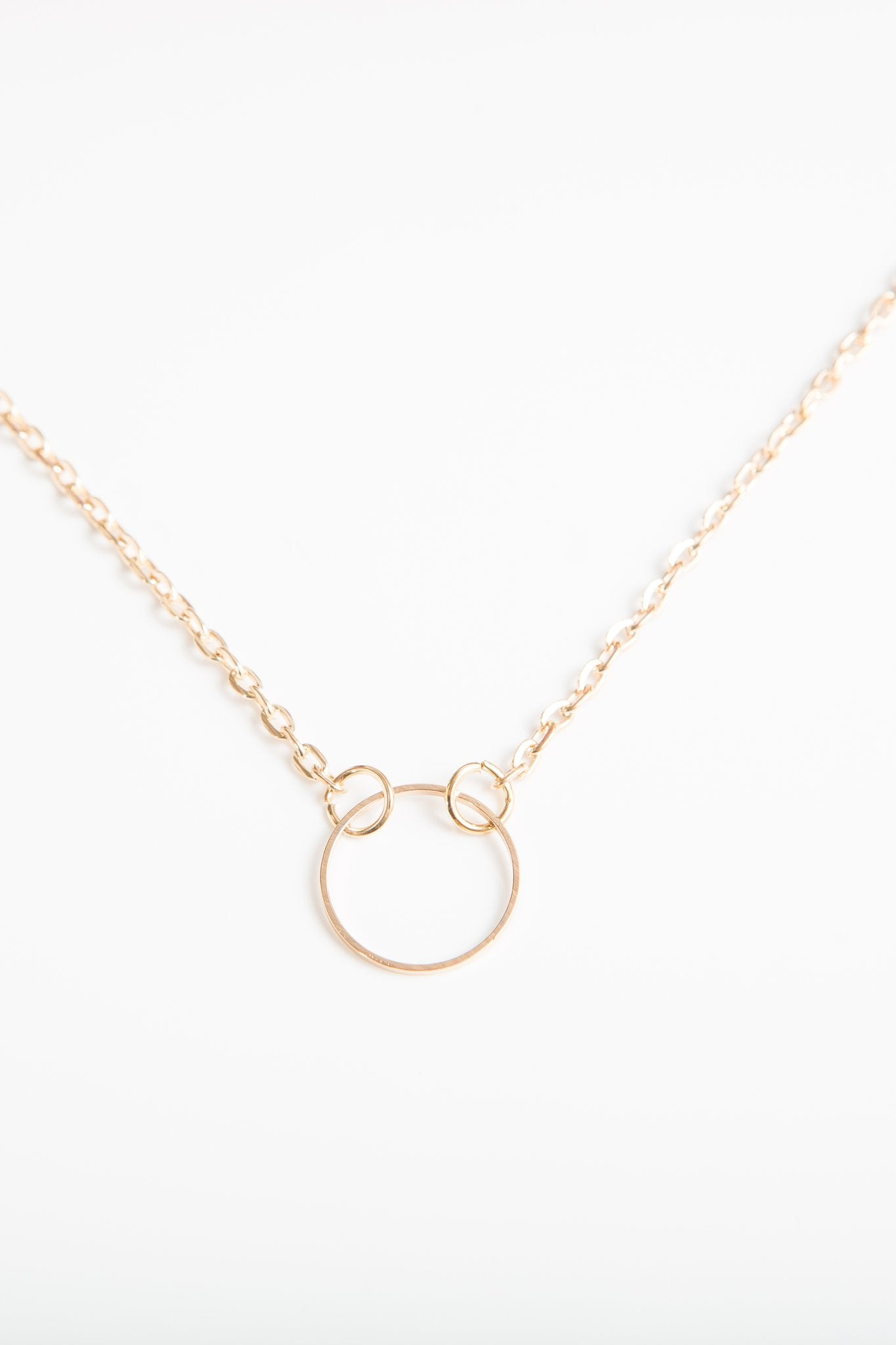 Short circle necklace in gold