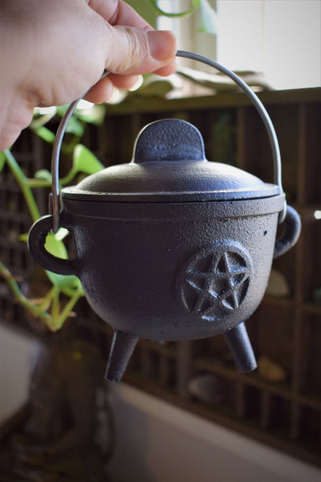 CAST IRON PENTAGRAM CAULDRON WITH LID | WITCH'S CAULDRON