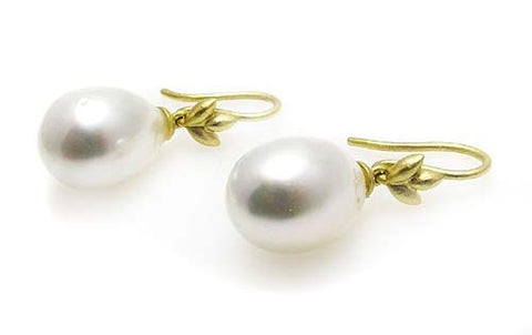 PEARL EARRINGS .