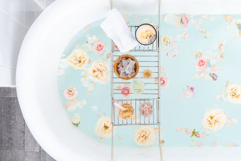 Relaxing bath with flowers & bath salts