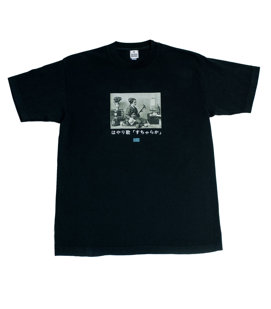 "Surround ""Hayari-Uta SUCHARAKA Tee"" Black"